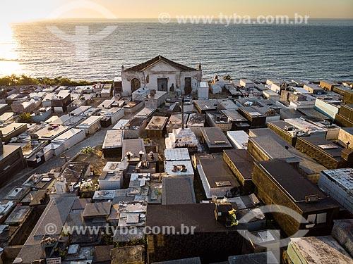 Foto feita com drone do Cemitério Municipal de Saquarema com o mar ao fundo  - Saquarema - Rio de Janeiro (RJ) - Brasil