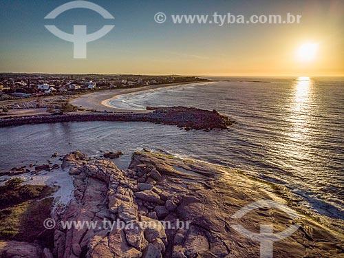 Foto feita com drone da foz do canal da Lagoa de Saquarema com a Praia de Itaúna ao fundo durante o pôr do sol  - Saquarema - Rio de Janeiro (RJ) - Brasil