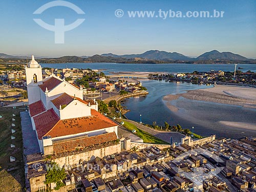 Foto feita com drone da Igreja Nossa Senhora de Nazareth (1837) e do Cemitério Municipal de Saquarema durante o pôr do sol  - Saquarema - Rio de Janeiro (RJ) - Brasil