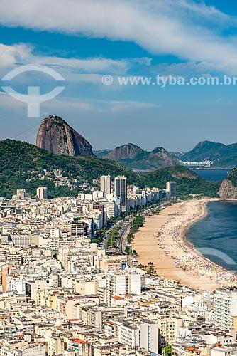 Vista do bairro de Copacabana durante a trilha do Morro do Cantagalo com o Pão de Açúcar ao fundo  - Rio de Janeiro - Rio de Janeiro (RJ) - Brasil