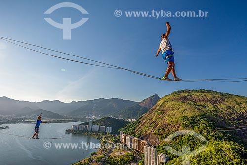 Praticantes de slackline no Morro do Cantagalo  - Rio de Janeiro - Rio de Janeiro (RJ) - Brasil