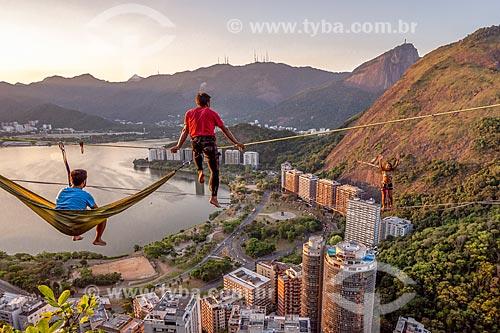 Praticantes de slackline descansando no Morro do Cantagalo durante o pôr do sol  - Rio de Janeiro - Rio de Janeiro (RJ) - Brasil