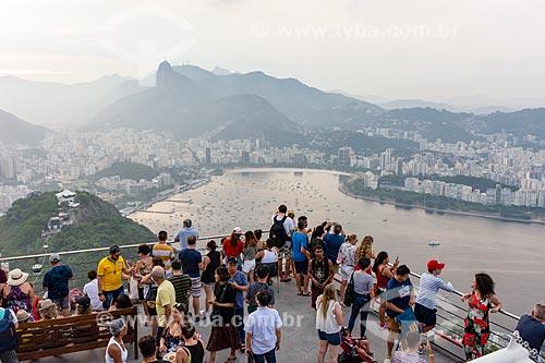 Visitantes a paisagem a partir da estação do bondinho do Morro da Urca  - Rio de Janeiro - Rio de Janeiro (RJ) - Brasil
