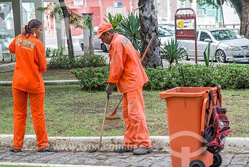 Garis varrendo praça no centro de Aracaju  - Aracaju - Sergipe (SE) - Brasil